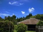 赤瓦の屋根と空